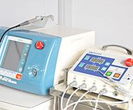 左/ハイパーサーミア(温熱焼灼装置)、右/レーザー手術器